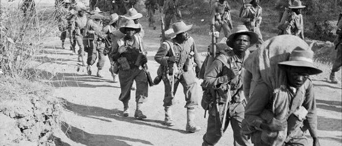 schwarze Soldat*innen vor tropischer Vegetation, schwarz-weiß-Aufnahme