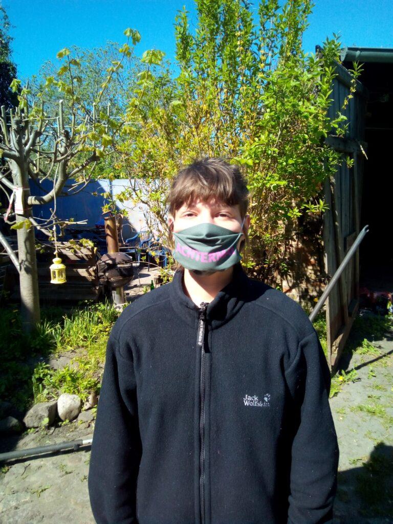 "Person mit Maske ""ACHTERMAI"""