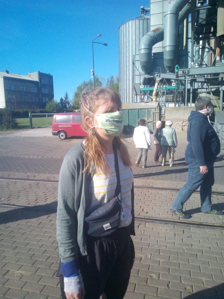 Person mit Maske #befreiungfeiern auf Demonstration
