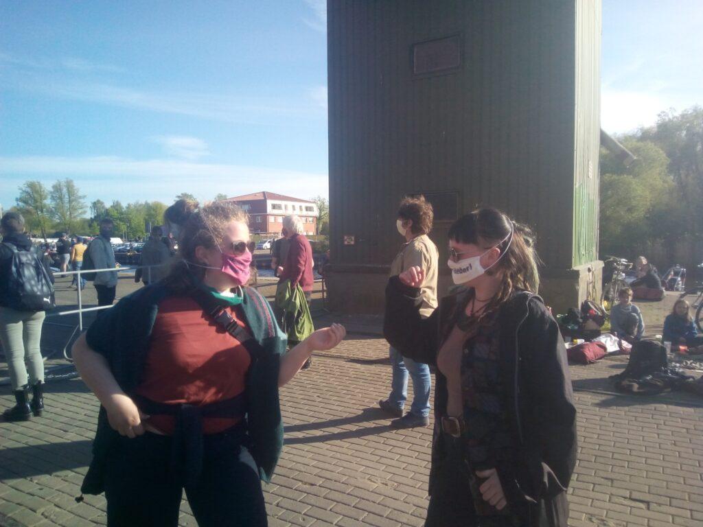 zwei Personen mit Masken auf Demonstration 8. Mai 2020 in Demmin