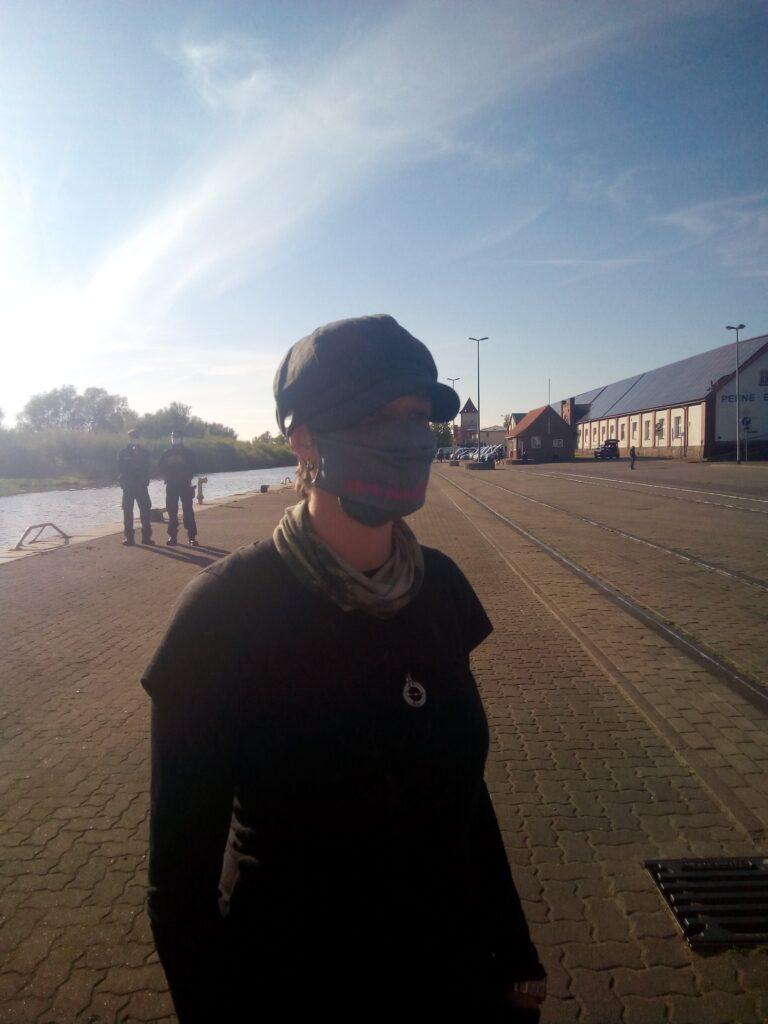 Person mit Maske am Hafen #befreiungfeiern